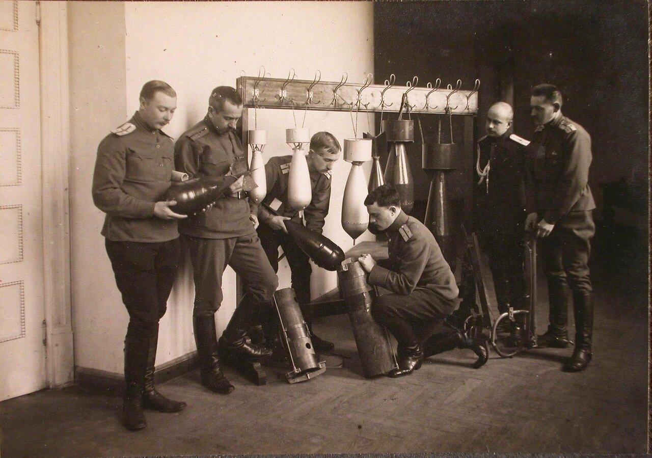 40. Группа слушателей школы во время практических занятий по изучению устройства бомб