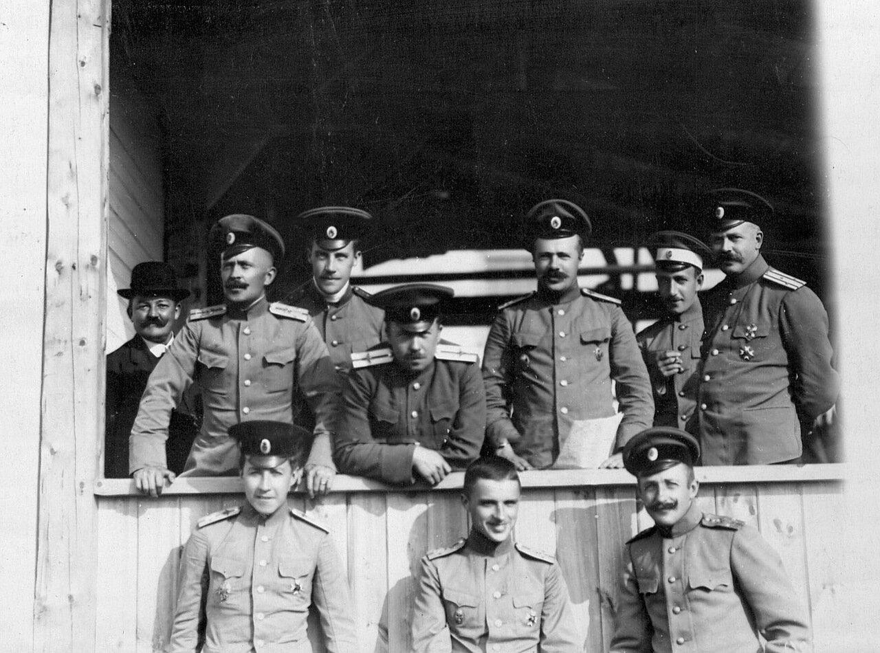 02. Группа военных летчиков Офицерской воздухоплавательной школы на балконе во время проведения конкурса военных аэропланов
