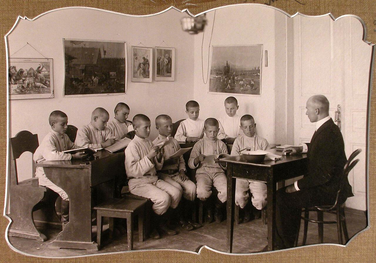 04. Ученики 2-го года обучения на уроке русского языка в классе школы-санатория