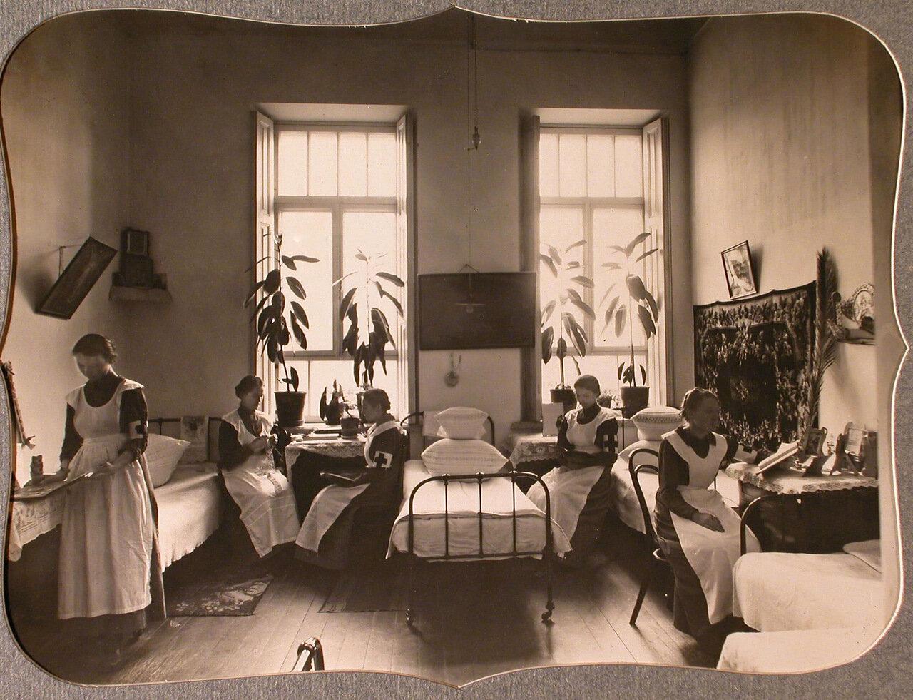 12. Сестры милосердия общины в одной из комнат общежития