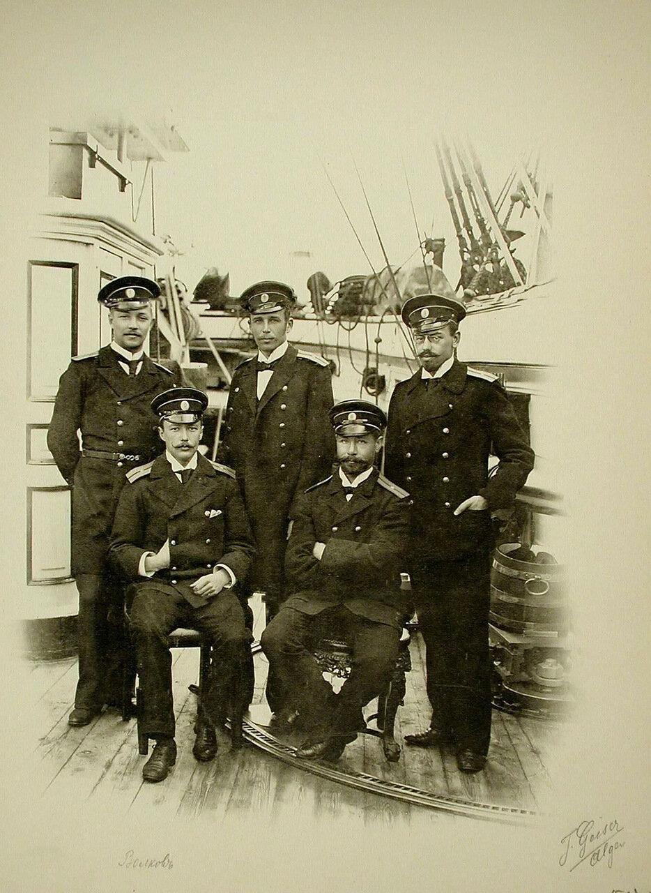 03. Группа морских офицеров на борту корабля; крайний слева сидит мичман Волков