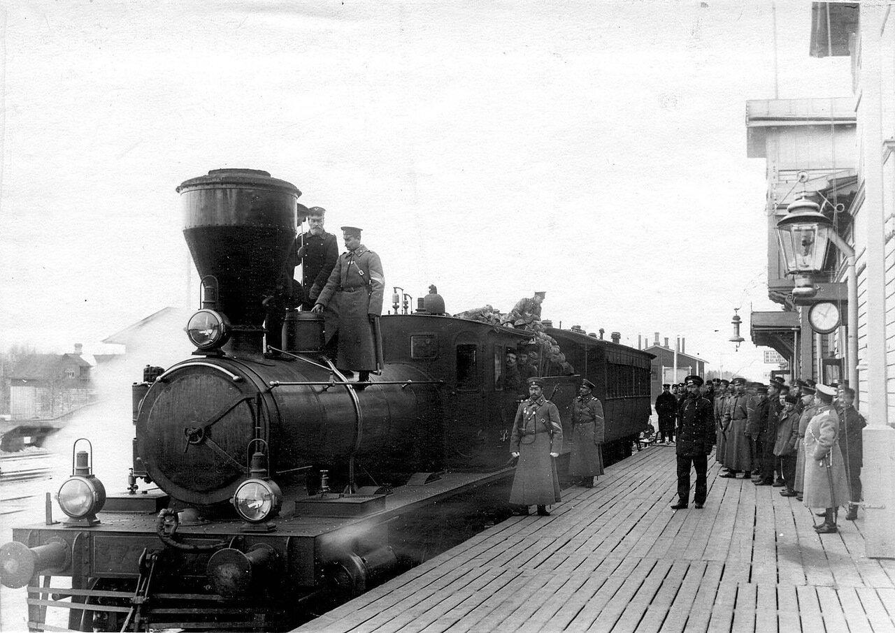 52. Осмотр прибывшего железнодорожного состава. Белоостров. 1908