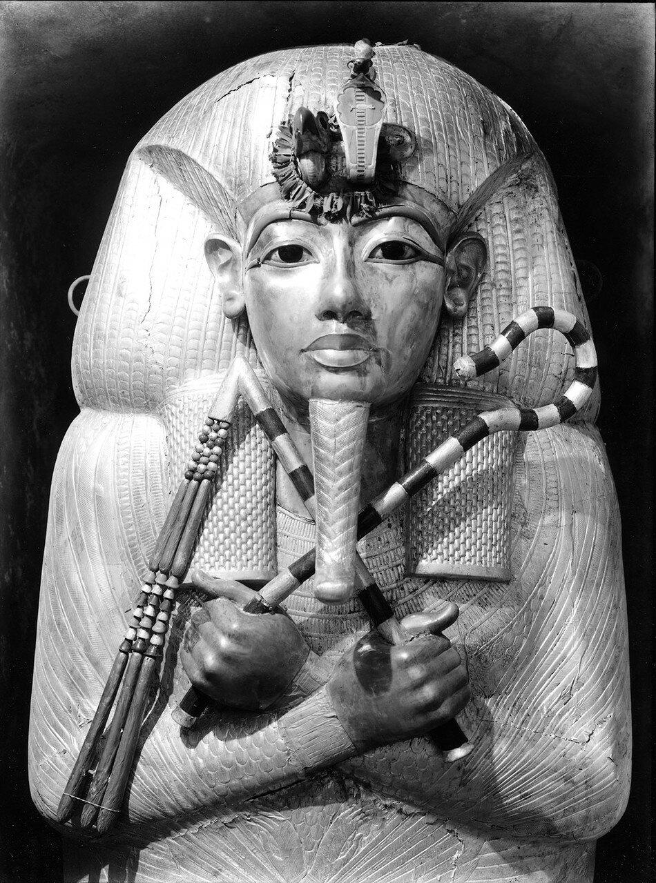 Первый внешний позолоченный деревянный гроб Тутанхамона.1922