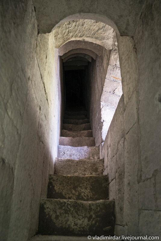 Лестница к сторожевому посту Храма Преображения в селе Остров