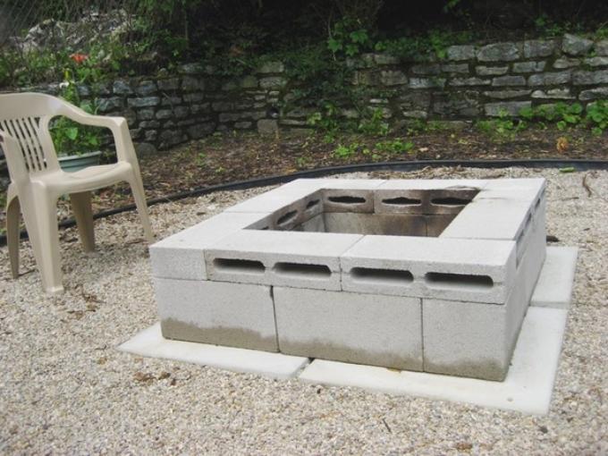 Стол из блоков бетонных для сада