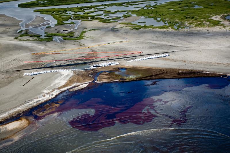 19. На этом снимке с самолета от 22 мая 2010 года видны боновые заграждения, которыми окружили остро