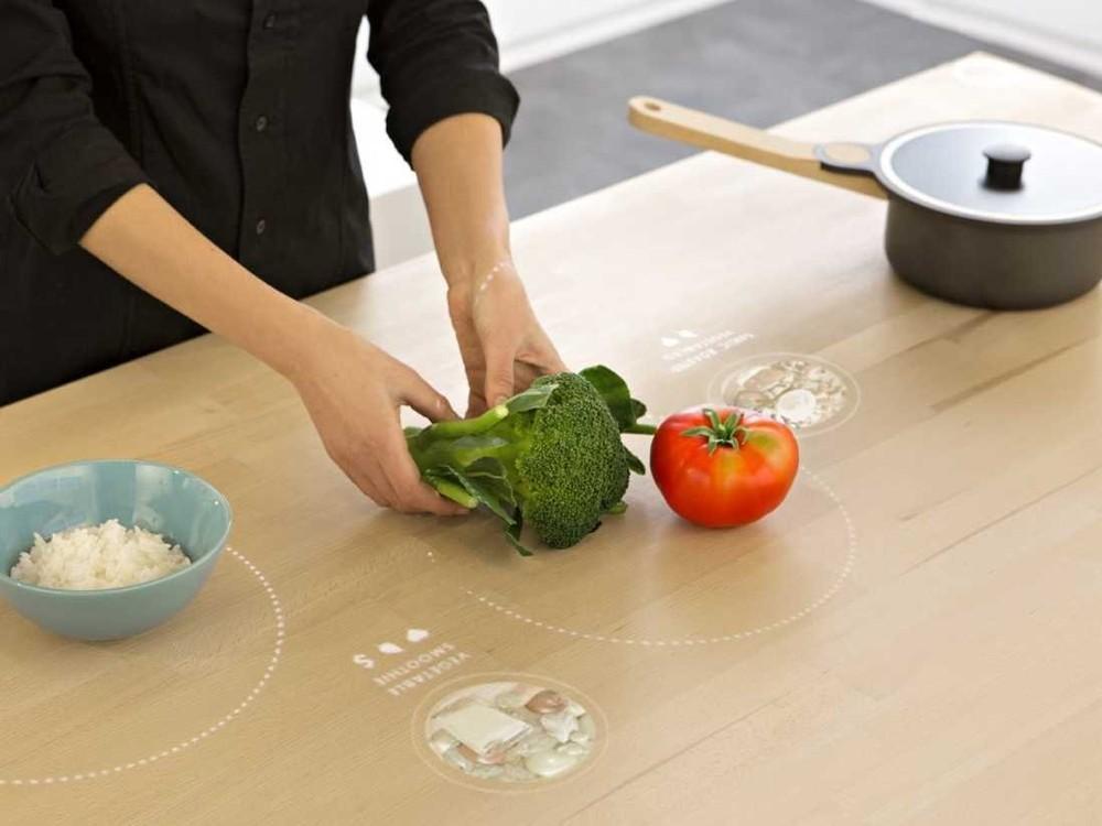 4. Для жителей небольших квартир стол заменяет плиту. Скрытые в нем индукционные катушки нагревают п