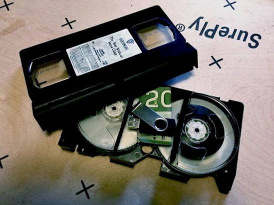 У каждого в доме есть полка со старыми кассетами! Вытащите ленту из ненужной кассеты, положите в