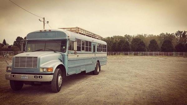 Из школьного автобуса в дом на колёсах или когда руки не для скуки