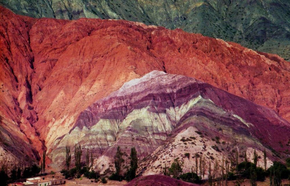 Еще одна жемчужина Аргентины, достойная внимания— Гора семи цветов. Сложные геологические отложения