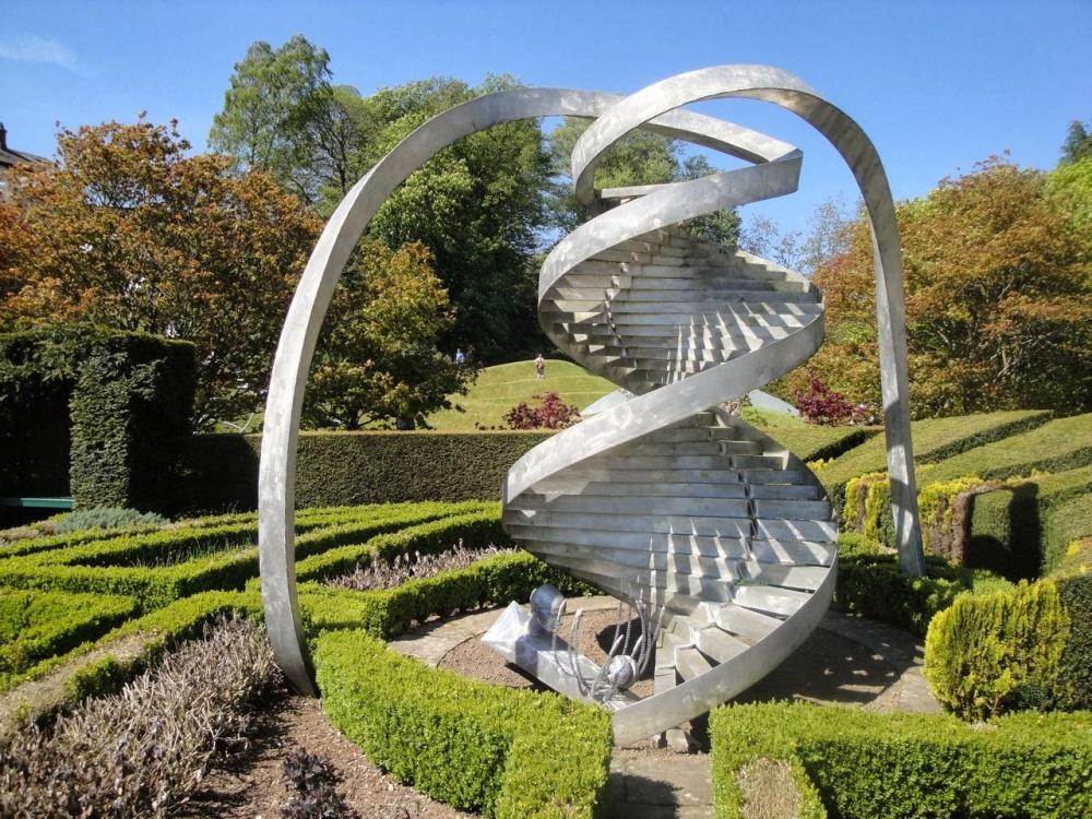 Авторы идеи такого сада— архитектор Чарльз Дженкс иего супруга— ландшафтный дизайнер Мэгги Кесвик