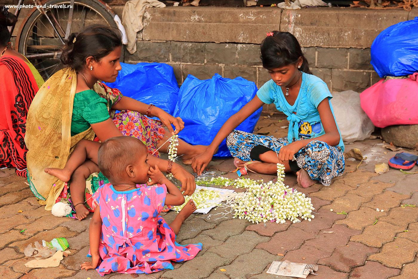 Фото №11. Люди на тротуарах Мумбаи. Поездка в Индию самостоятельно в октябре. (24-70, 1/200, 0eV, f8, 50 mm, ISO 500)