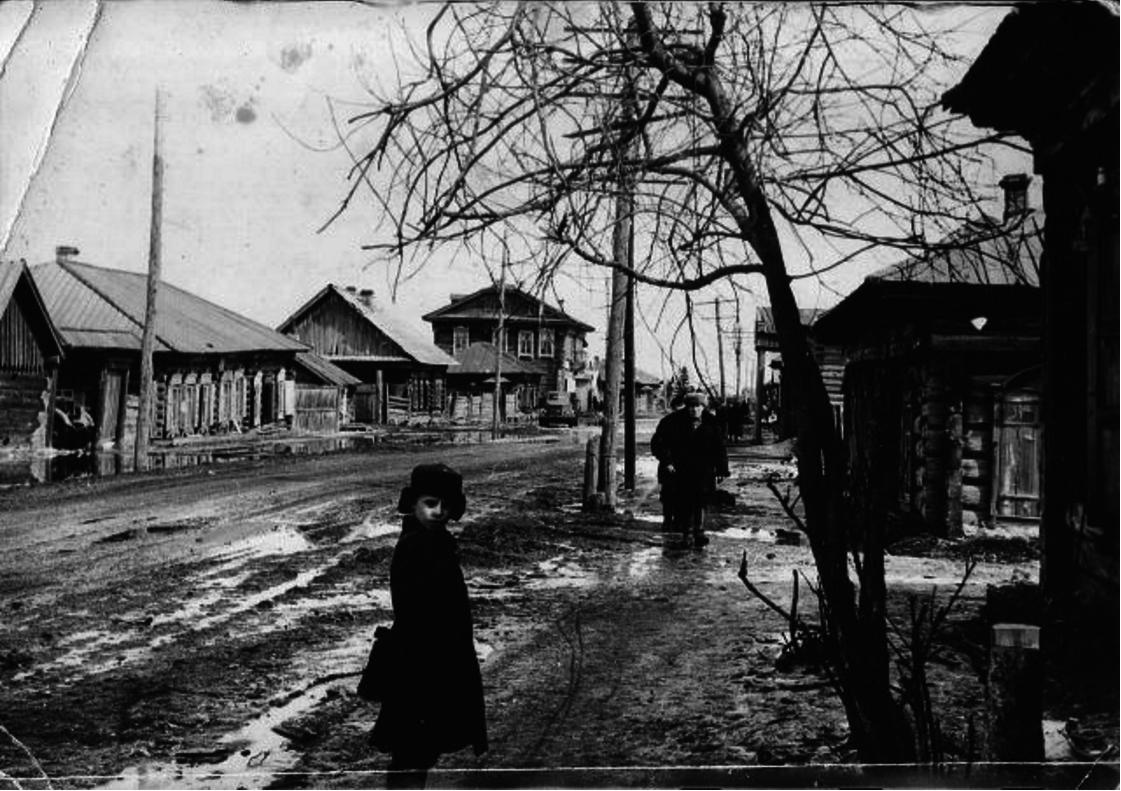Дорога в школу по главной улице села. Даурск