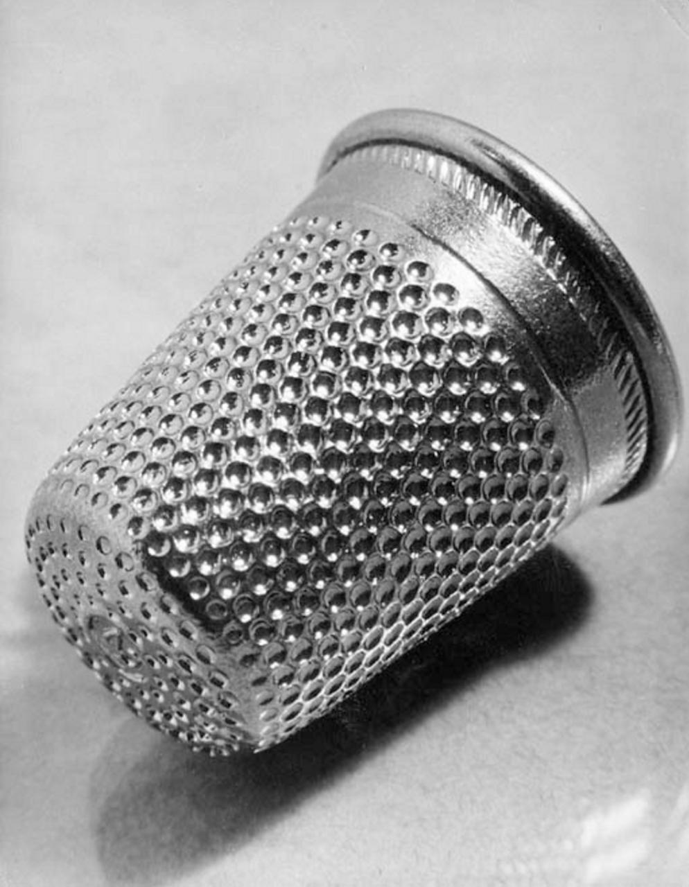 1930. Увеличенный объект: наперсток
