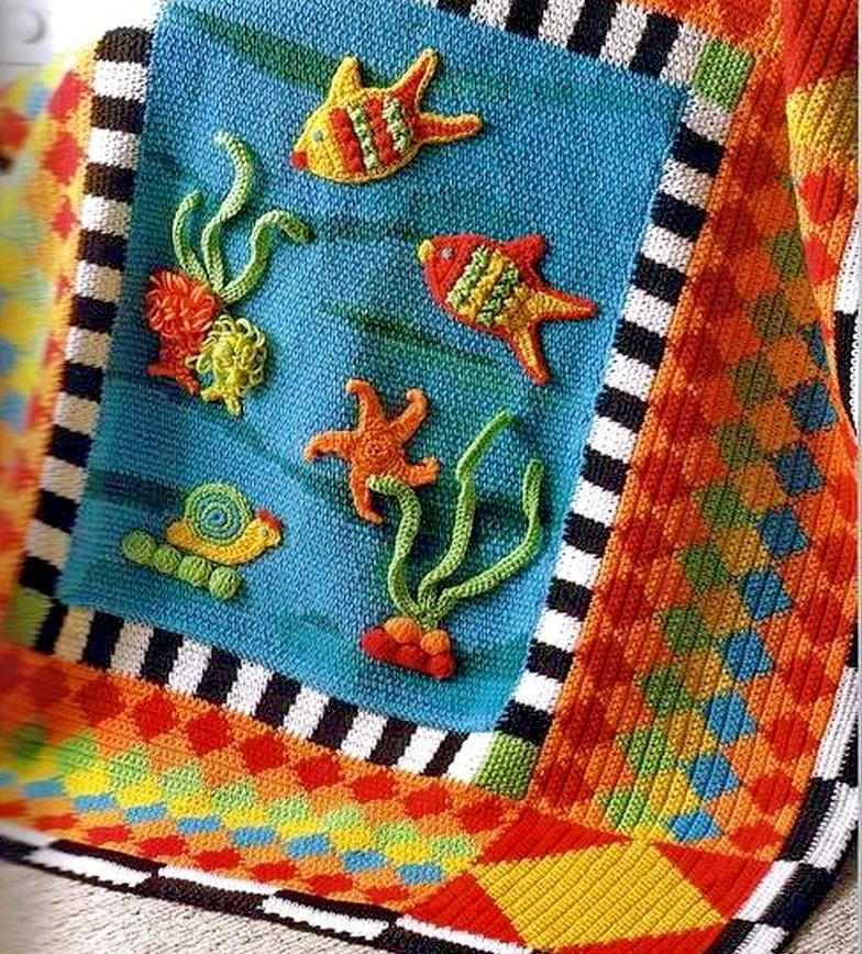 Морская тема в трикотаже.Трикотажный плед связанный крючком. Яркие цвета, широкая кайма с геометрическим узором, в центре рыбки, морские звезды, водоросли