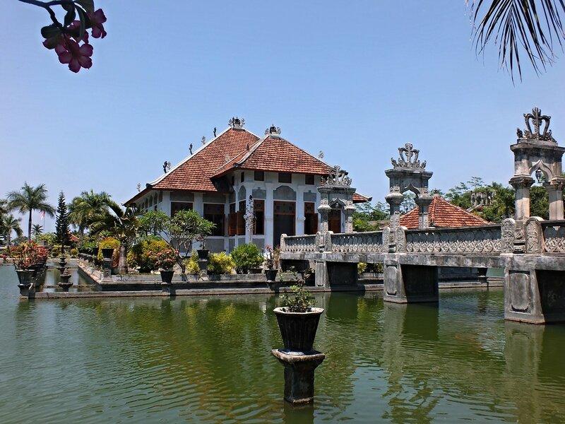 Водный дворец Таман Уджунг (Taman Ujung). Главный павильон