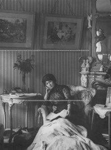 Потоцкая Мария Александровна - артистка Александринского театра, в гостиной своей квартиры.