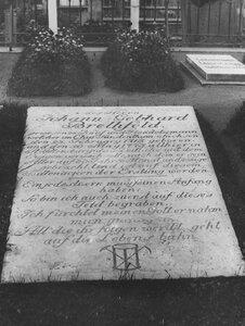 Вид надгробной доски на могиле Иоганна Бретфельда.
