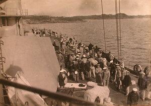 Матросы и нижние чины команды линейного корабля Севастополь на палубе.