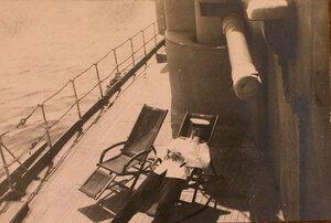 Офицер в шезлонге на палубе линейного корабля Севастополь у [казематного] орудия.