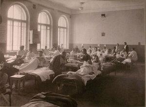 Раненые в палате лазарета,организованного при городском училище имени императора Александра II.
