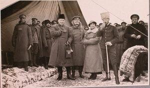 Французский военный корреспондент слева с группой военных во время посещения перевязочно-питательного пункта №18, организованного отрядом Красного Креста В.М.Пуришкевич.