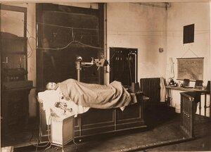 Больной в рентгеновском кабинете перед процедурой.