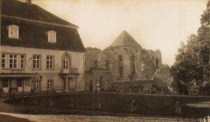 Вид на замок в имении графа Сиверса и развалины старинной крепости.