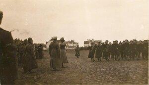 Головной батальон частей 6-го Сибирского корпуса проходят церемониальным маршем перед императором Николаем II во время посещения им и наследником-цесаревичем Алексеем Николаевичем Рижского укрепленного района.