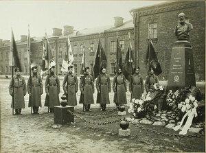 Гренадеры  со старыми знамёнами, возвращенными  в полк к открытию памятника императору Александру III, у памятника.