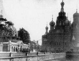 Развод войск на набережной Екатерининского канала после освящения храма.