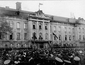 Демонстрация студентов у здания Петербургского университета после издания царского манифеста.
