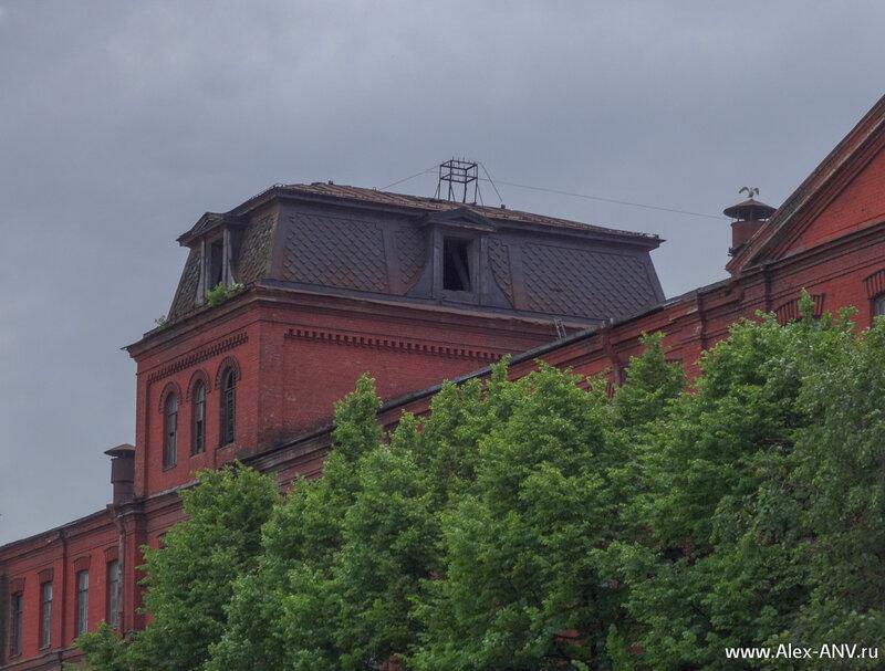На башенках завода 'Красный Трегугольник' во время Великой Отечественной войны были установлены зенитные орудия.