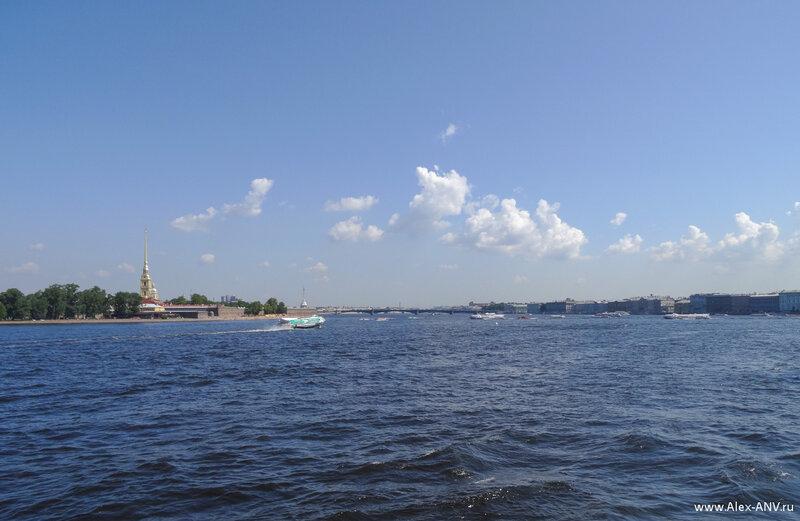 На воде снуют мелкие кораблики, и величаво и деловито швартуются летучие Метеоры.