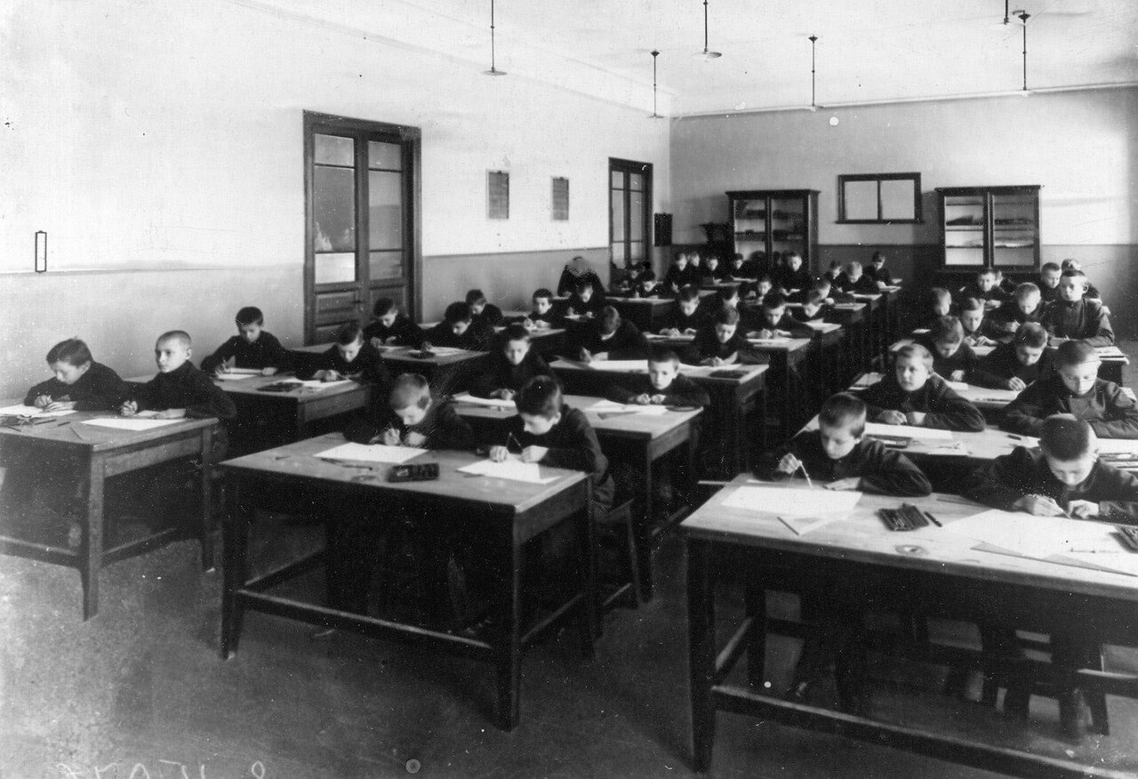 09. Группа учеников училища на занятиях по черчению