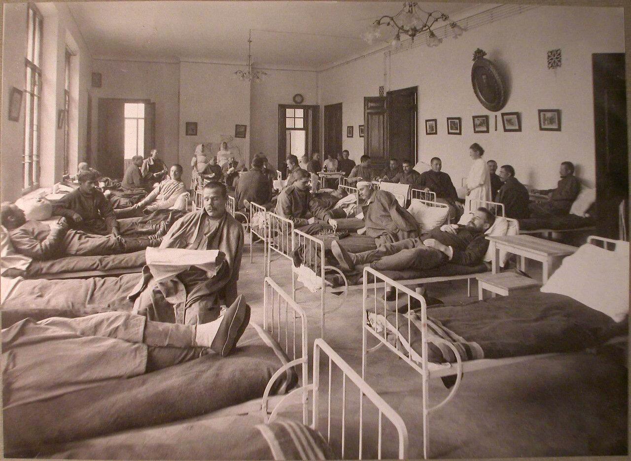 28. Раненые в палате лазарета при Сиротском приюте имени Бахрушиных