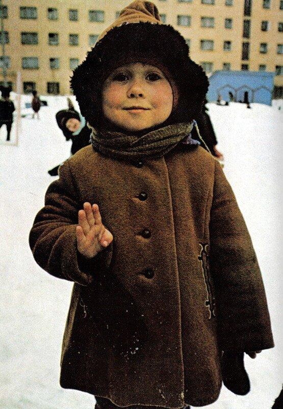 Малыш из Мурманска жестом отвечает на вопрос, сколько ему лет. Советские дети регулярно играют на улице при температуре ниже нуля