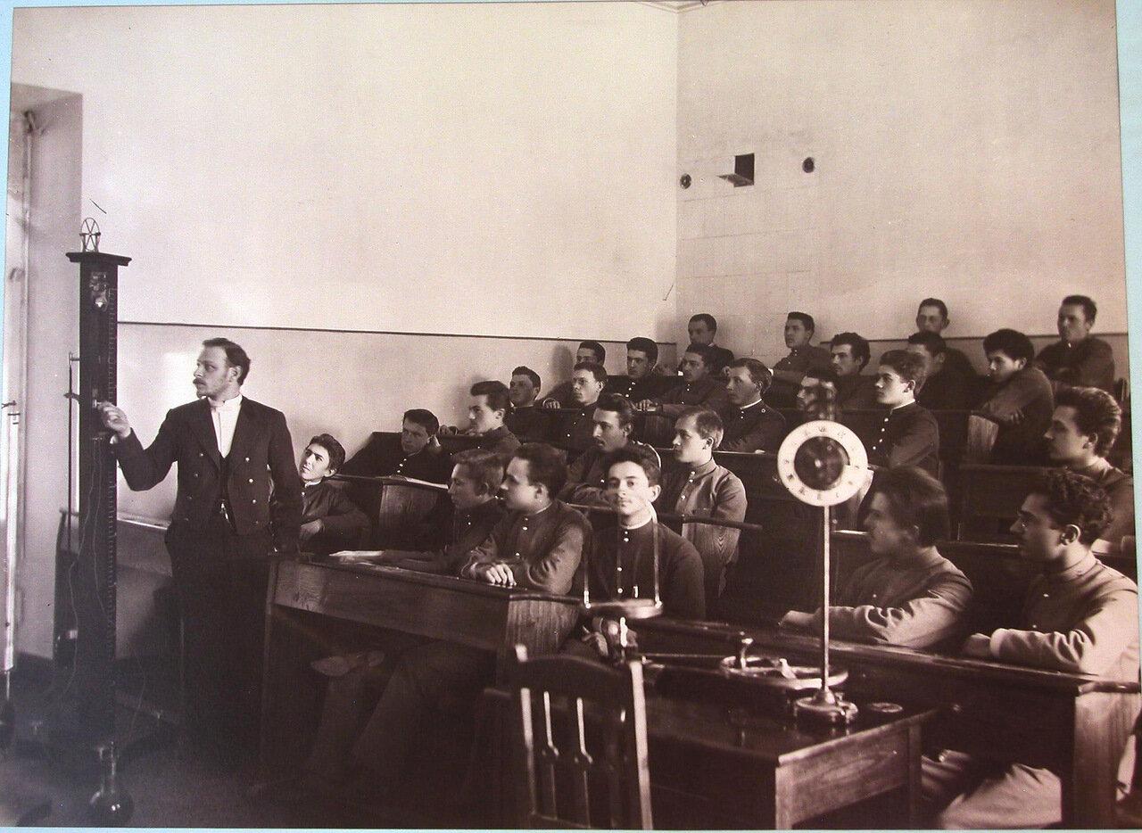 12. Гимназисты Киево-Печерской гимназии во время урока физики
