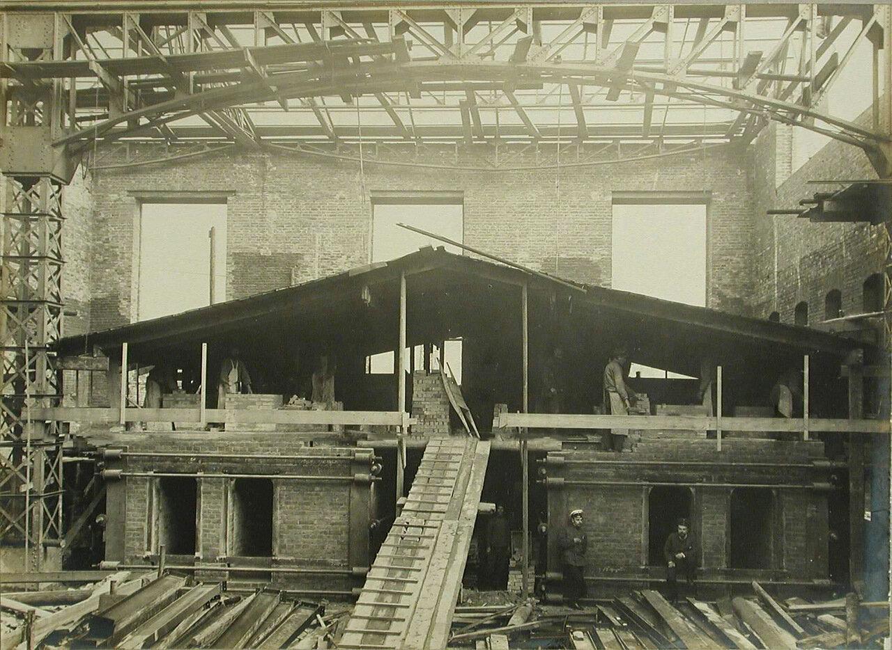 09. Рабочие за кладкой сталелитейных печей в одном из цехов завода. 22 сентября 1909