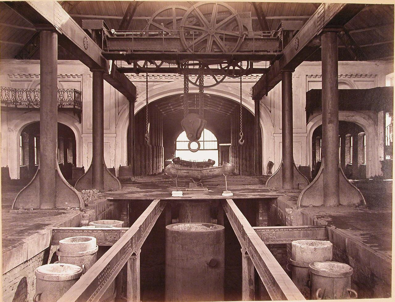 03.Вид части сталелитейного цеха завода, в центре - яма для отливки орудийных болванок
