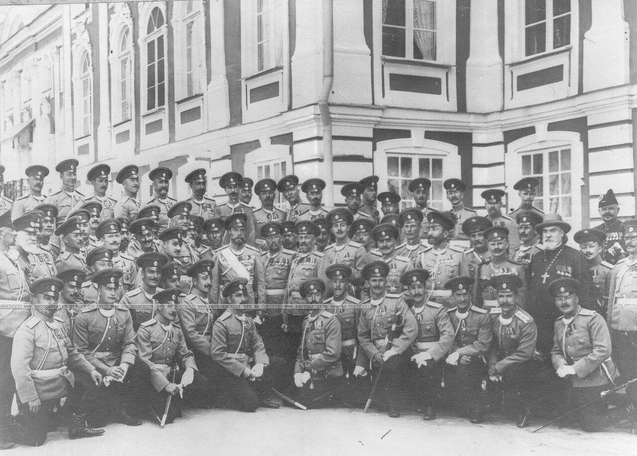 42. Группа офицеров полка у Петергофского дворца с императором Николаем II. Петергоф. 1913