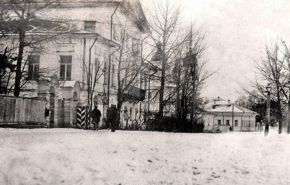 Особняк Х.С. Леденцова, за ним видна церковь Леонтия Ростовского