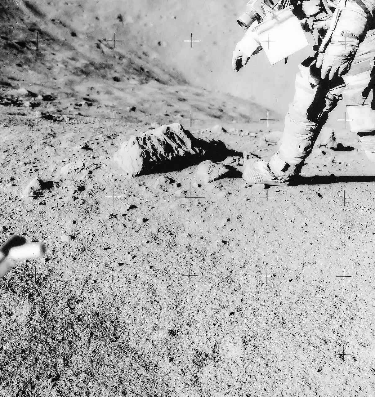 У кратера Локоть работа продолжалась 10 минут. Возвращаясь к «Лунному Роверу», Скотт сказал Ирвину: «Жаль, что мы не можем просто сесть и поиграть в эти камешки. Посмотри на них! Они блестящие и искрящиеся!» Ирвин ответил: «Пойдём, Дэйв. Их ещё будет много»