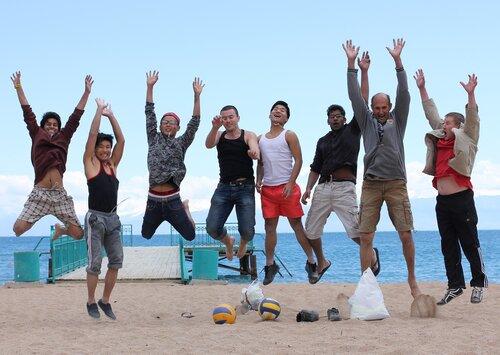 Делегаты и гости ЕК на берегу озера Иссык-Куль.jpg
