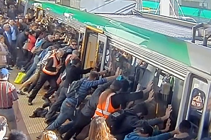 Для того чтобы спасти попутчика пассажиры поезда наклонили вагон