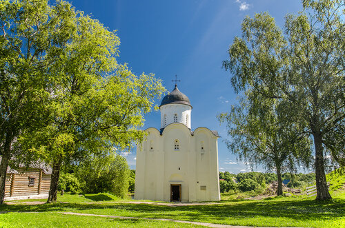 Одноглавая четырехстолпная трехапсидная Георгиевская церковь (конец 12 в.) в Староладожской крепости.