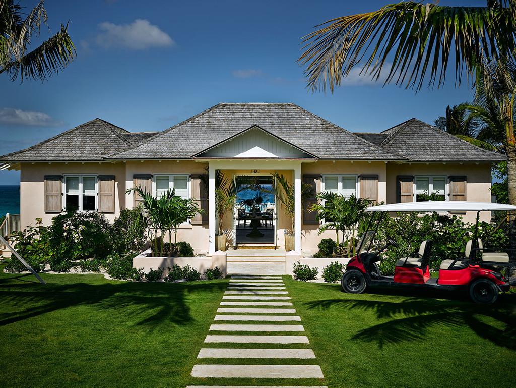 дом у океана багамские острова, вход, зеленый газон, пальмы