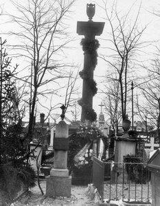 Смоленское лютеранское кладбище. Памятник А.А.Бетанкуру с возложенным на него венком от Института инженеров путей сообщения в связи со 100-летним юбилеем института