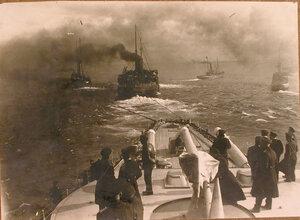 Группа офицеров на палубе буксируемого линейного корабля Севастополь.