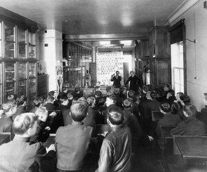 Старшеклассники в аудитории училища на уроке.